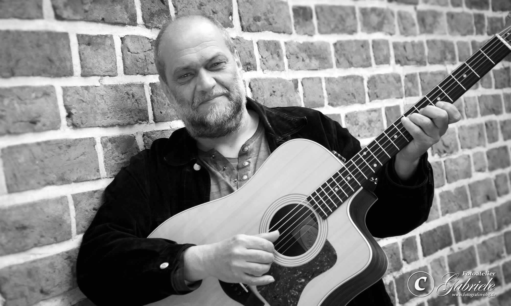 Der Profimusiker Uli Kirsch spielt für Sie Irish Folk und Oldies.